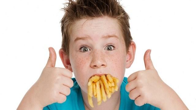 foto-bambino-patatine-fritte