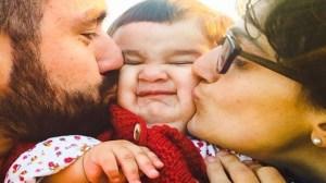 foto_bacio tra mamma_papà e bimba