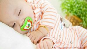 foto_bimbo dorme con ciuccio