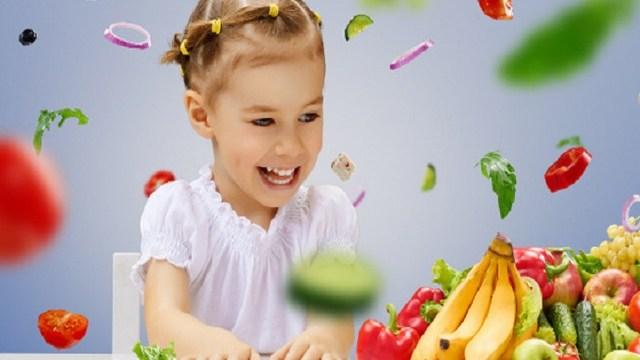 foto bambina con la frutta