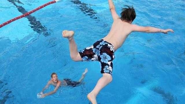 foto_bimbi_in_piscina