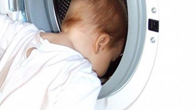 bambino in lavatrice