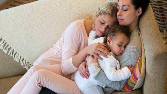 Il neonato passione mamma - Dormire sul divano ...