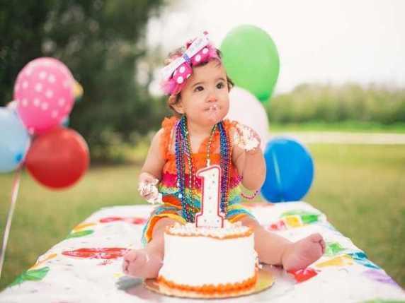 bambino al primo compleanno