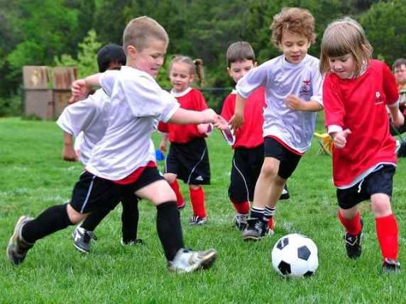 bambina gioca a calcio