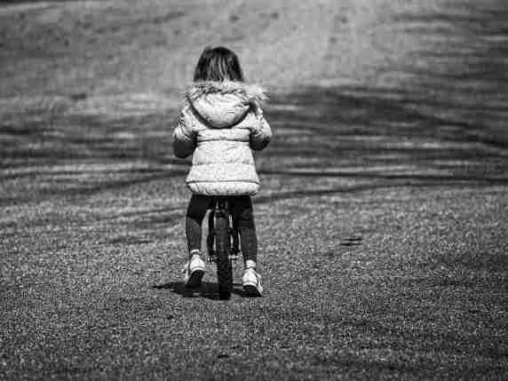 bambina bicicletta