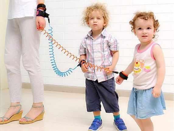 foto bambini al guinzaglio