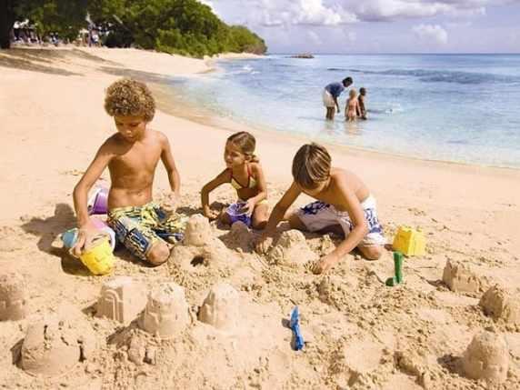 foto bambini che giocano al mare