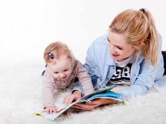 foto mamma che legge al bambino