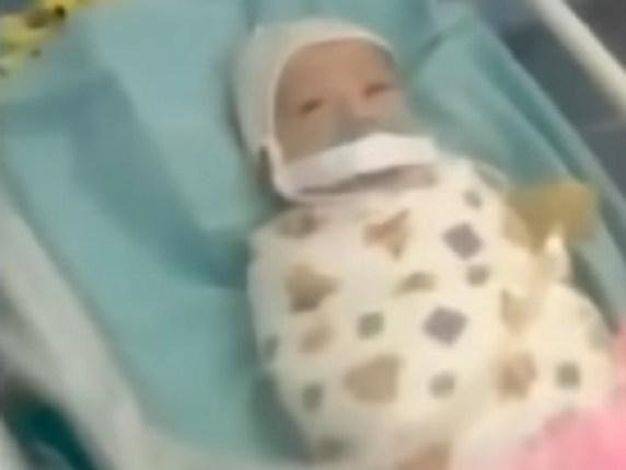 foto neonato ciuccio legato