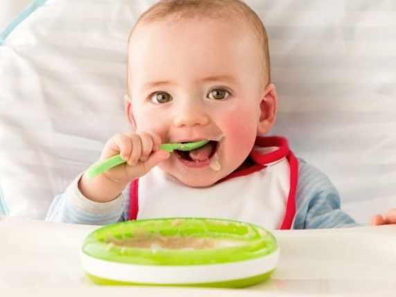 foto bimbo che mangia