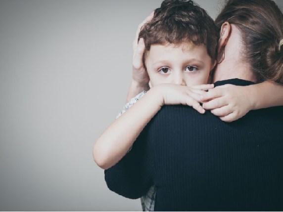 foto genitori chiedere scusa bambino