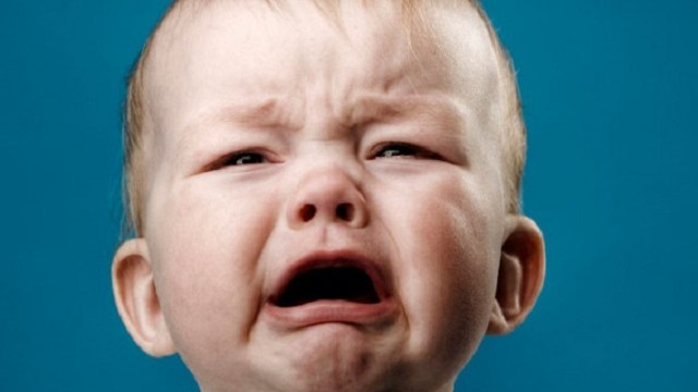 foto neonato 9 mesi che piange