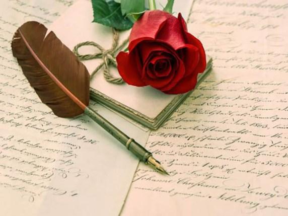 Foto frasi dolci su quaderno con piuma