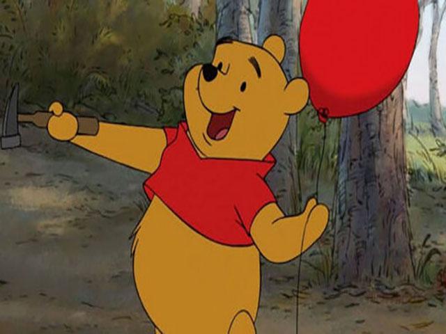 L orsetto winnie the pooh compie anni e festeggia nel bosco dei