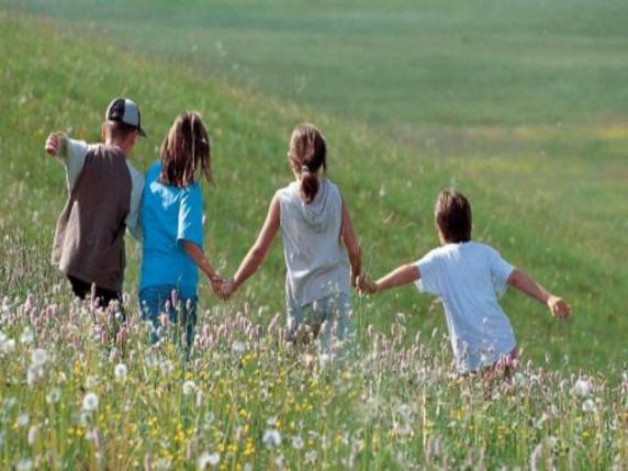 bambini corsa prato