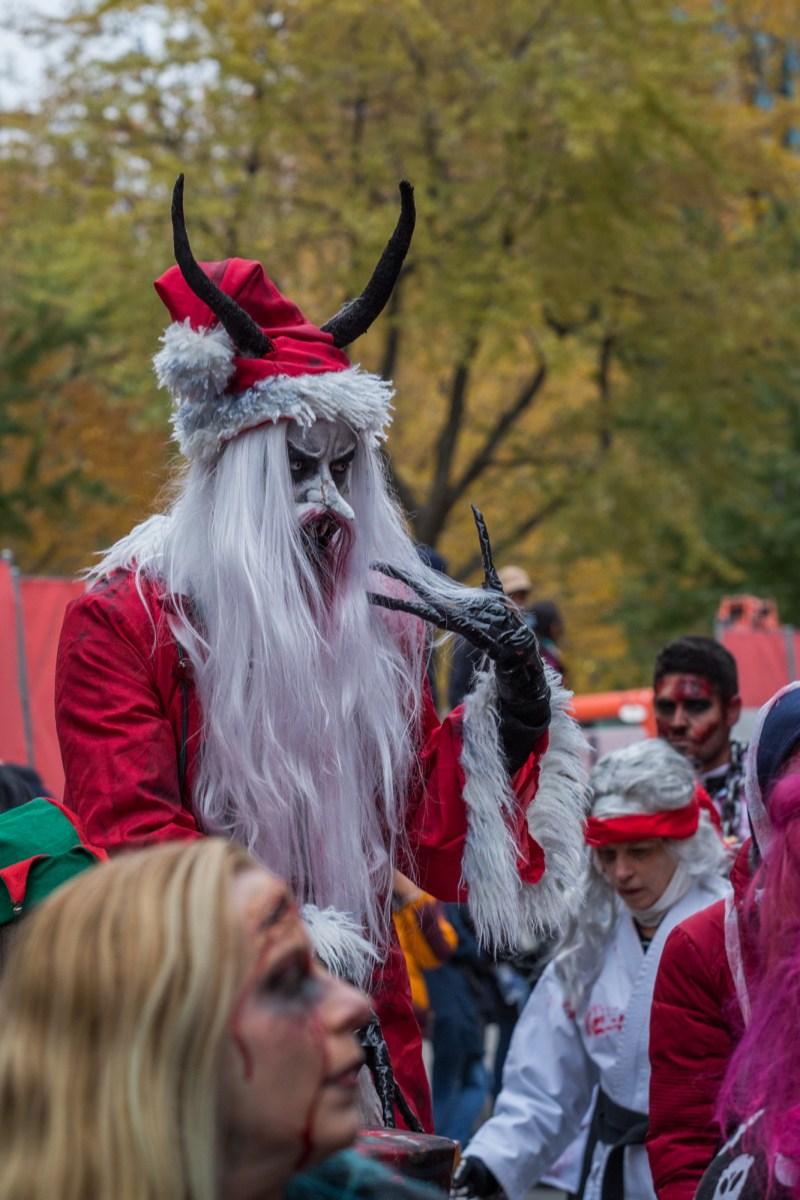 Photo : la Marche des zombies à Montréal Père Noël