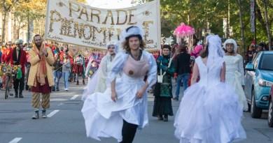 Parade personnes vêtues de blanc
