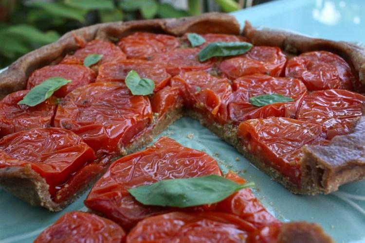 tarte tatin de tomates et pesto aux olives
