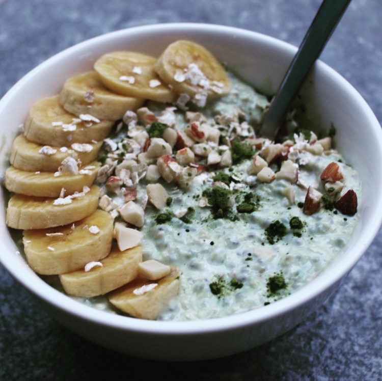 porridge au thé matcha, banane et amandes concassées