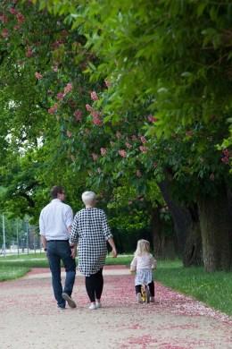 Familienportrait im Park beim Spazieren gehen - Familienfotografie, Familienfotos, Familienportrait