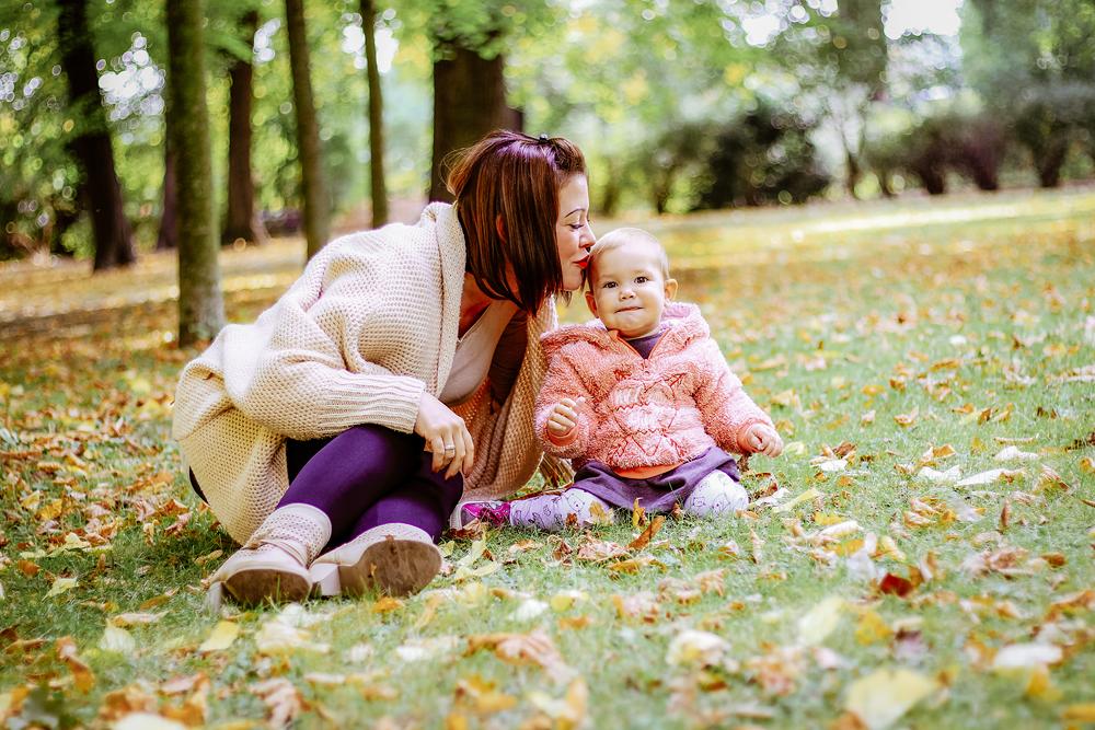Mama gibt Tochter kuss auf den Kopf - Familienfotos, Familienfotograf, Kinderfotos, Kinderfotograf, Kinderfotografie