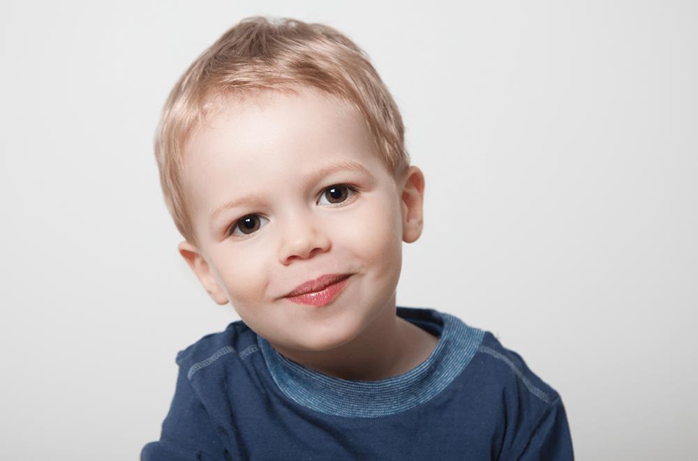 frontales Jungenportrait in Farbe im Studio - Kinderfotografie, Kinderfotos, Familienfotografie, Familienbilder, Familienfotos