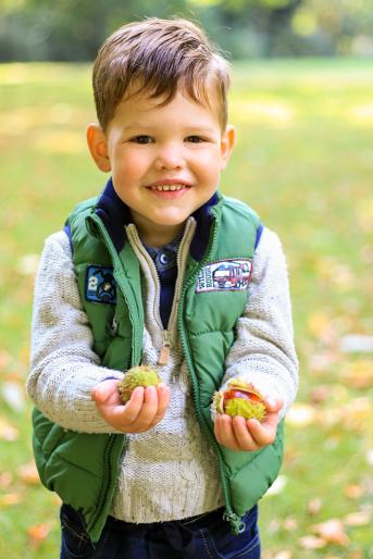 Portrait von Junge im Herbst mit Kastanien in der Hand - Kinderfotos, Familienfotos, Kinderfotografie, Familienfotografie, Kinderportrait