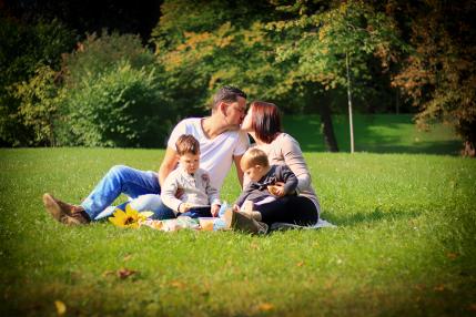 Familienbild mit Mama, Papa,Sohn und Tochter auf einer Wiese beim Picknick - Familienfotografie, Familienfotos, Familienbilder, Familienglück