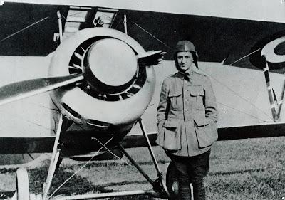 Le sous-lieutenant Guynemer en juillet 1916, devant son Nieuport 17