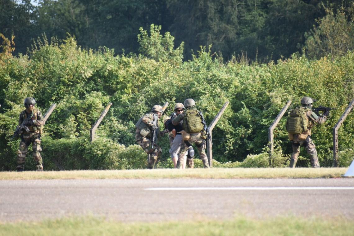 Inetervention du 3RHC d'Etain avec deux puma et deux Gazelle autour d'un véhicule suspect