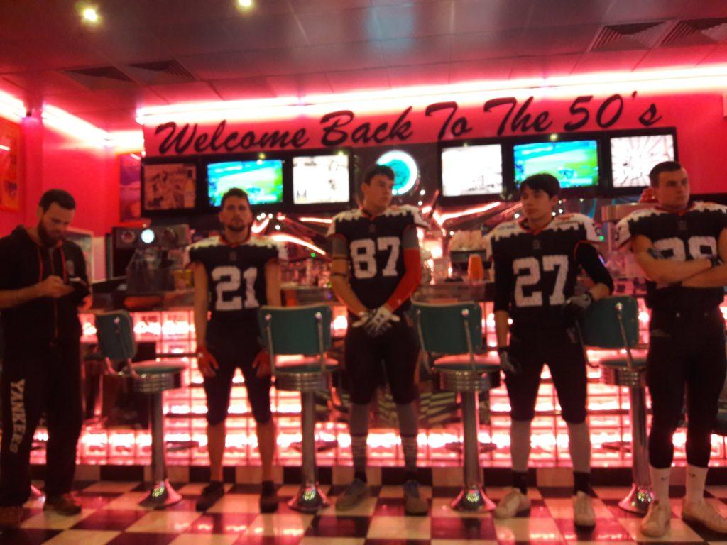 Nelson Bernardes (à gauche) accompagné de 4 joueurs faisant partie de la future Team Performance.
