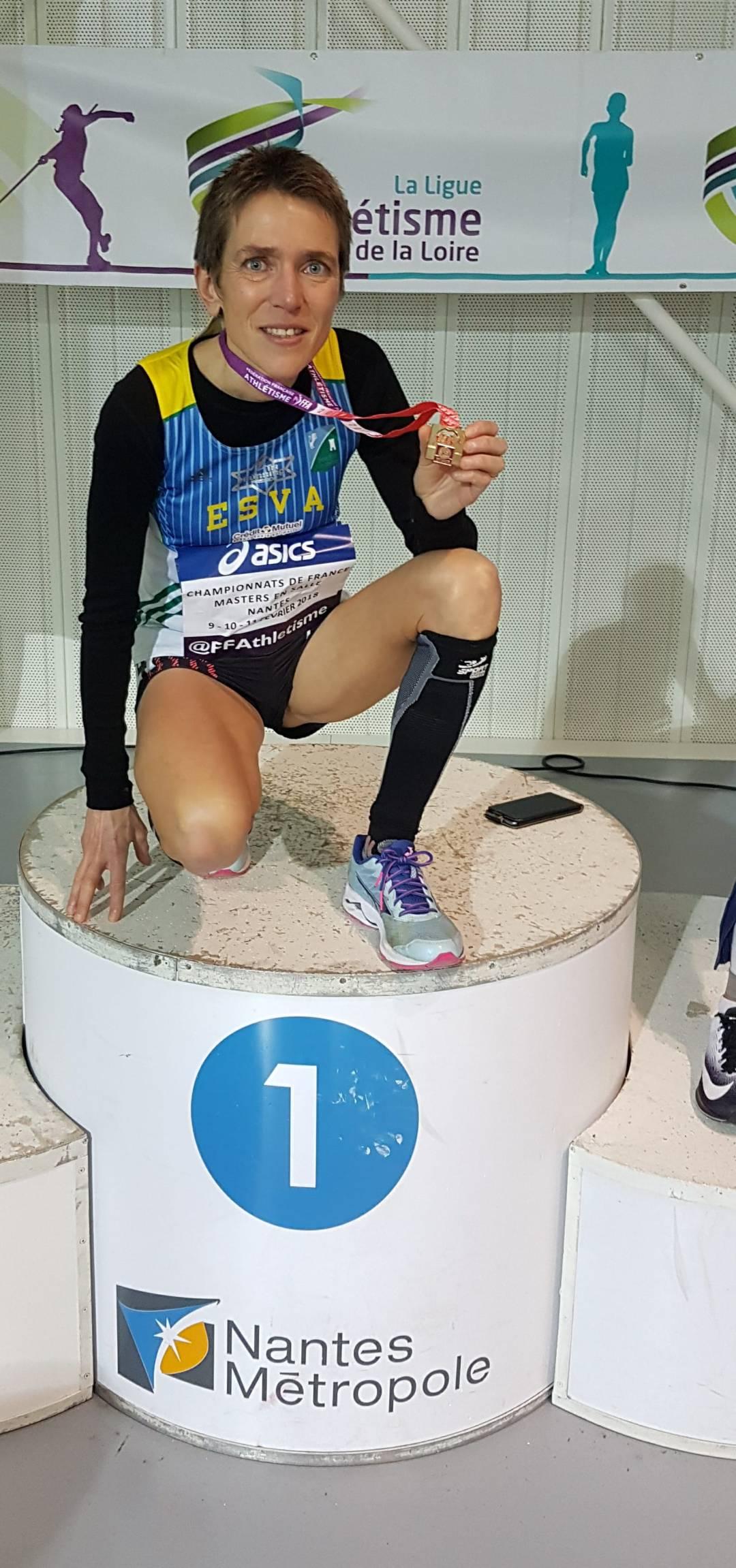 Catherine THOMAS-PESQUEUX avec sa médaille de championne de France Master aux 3000 mètres en salle, à Nantes.
