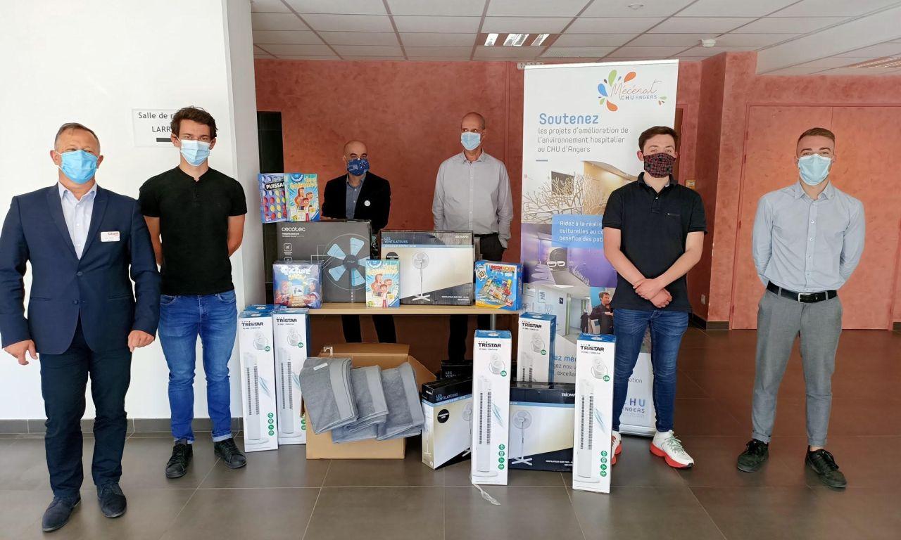 Le SCO Cyclisme Angers livre 1000 euros de matériel au CHU, offert par les Géant Casino d'Angers.