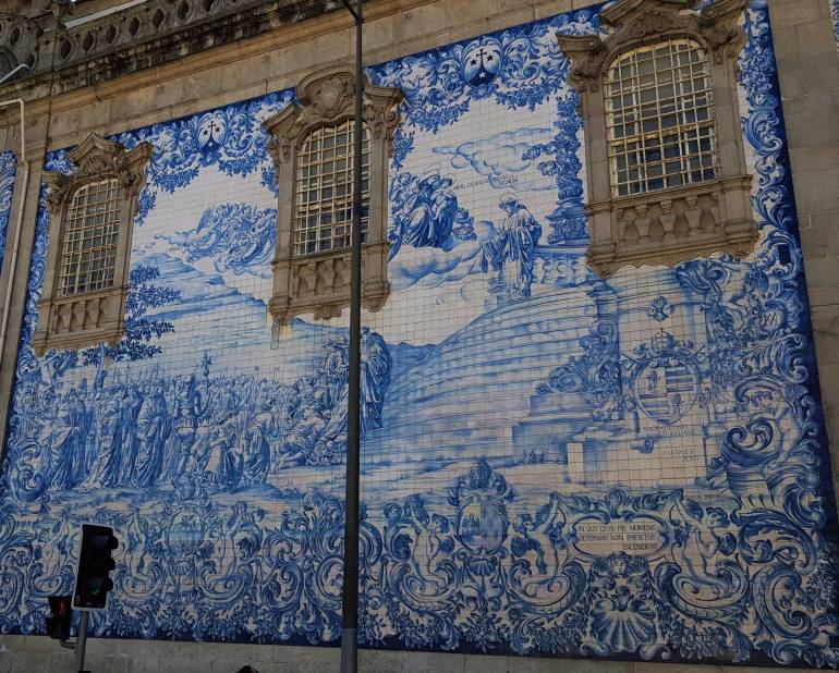 Azuleejos wall tiles outside Carmo Church