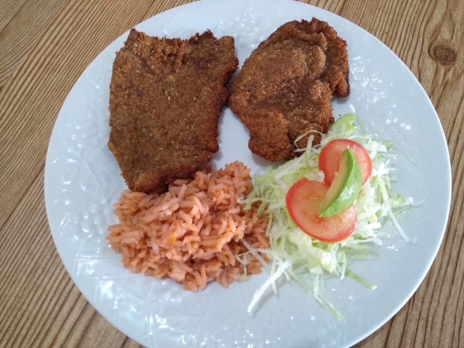 milanesa de res empznizada con arroz y ensalada de lechuga