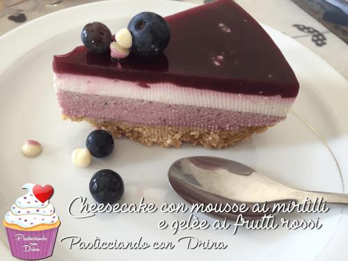 Cheesecake con mousse ai mirtilli (senza uova) e gelèe ai frutti rossi (succo di frutta)