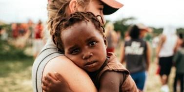 Migraciones Niño abrazado