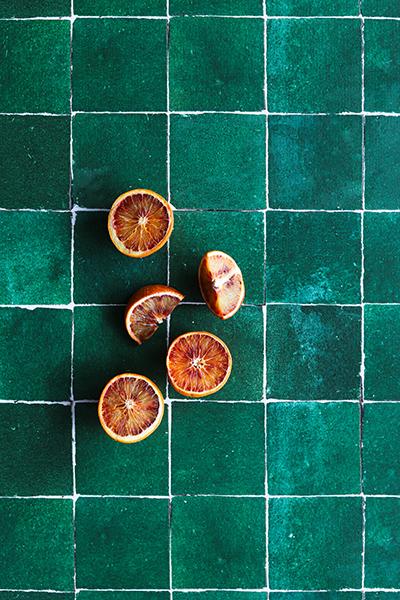 fond photo carrelage vert foncé vieilli, céramique verte, carrelage ancien pour photo culinaire