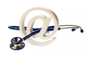 Ein e-Mail Zeichen und ein Stethoskop auf weißem Hintergrund. Symbolfoto für Internet in der Arztpraxis.