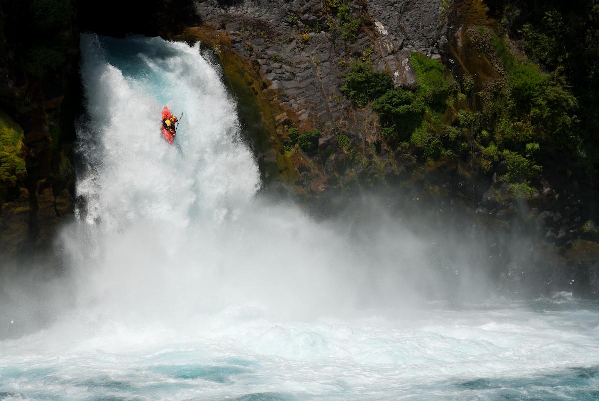 Kayak en la seccion media de el Rio Fuy en Chile. Foto: Jakub Sedivy