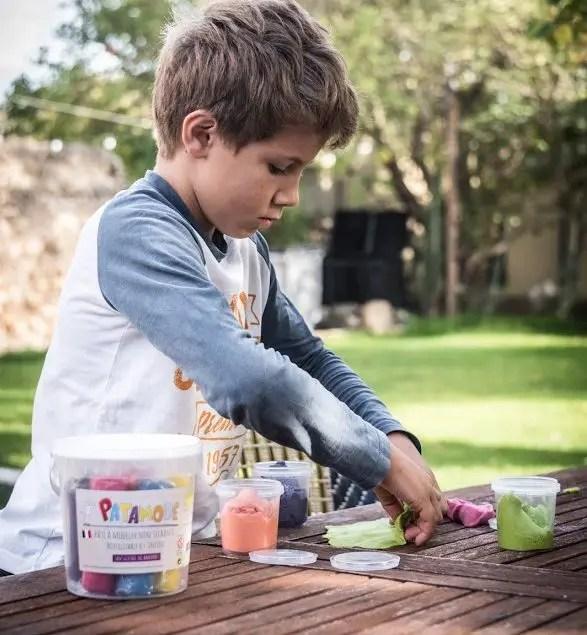enfant qui fait de la pâte à modeler