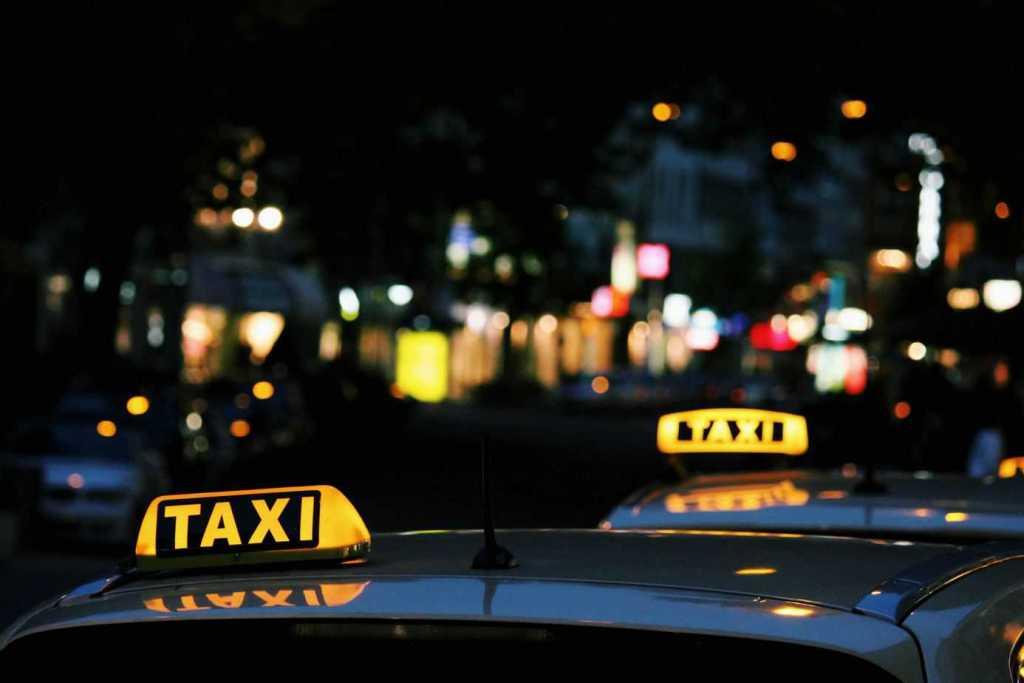leuchtende Taxi Schilder vor verschwommenen Hintergrund