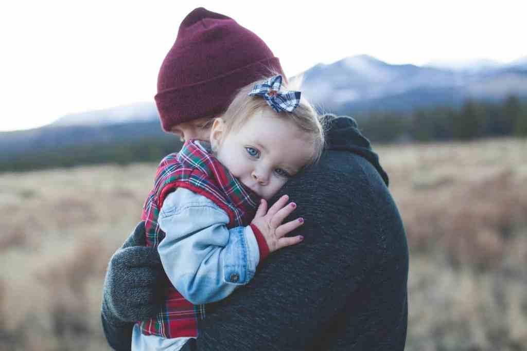Papa umarmt seine kleine Tochter