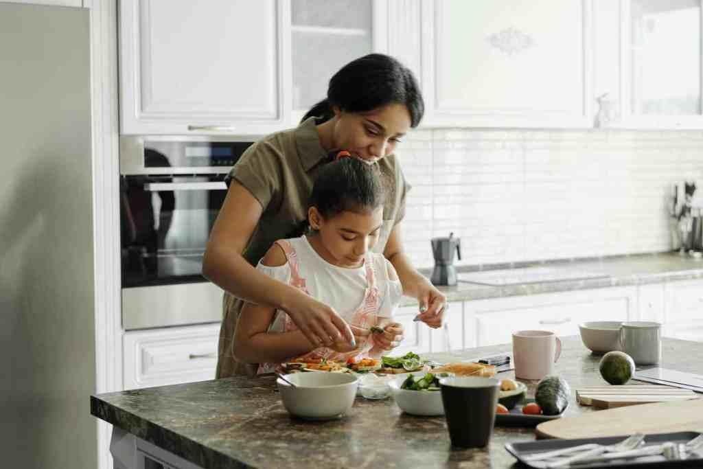 Konflikt Mutter und Tochter beim Essen