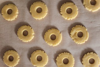 Sablés au citron, glaçage et pistaches concassées
