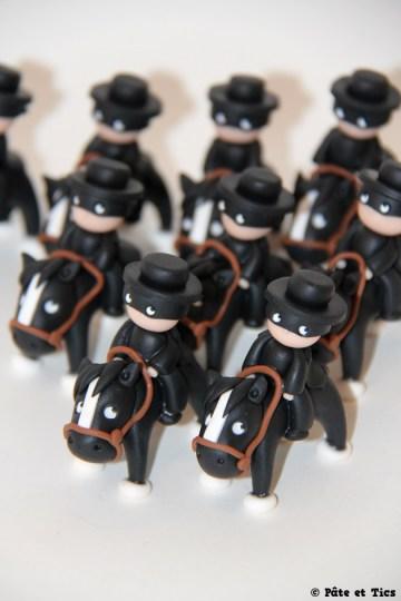 Petits sujets figurines Zorro sur leurs chevaux