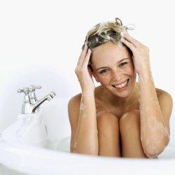 A legfontosabb szabályok, hogy a fejbőrt soha ne körömmel dörzsöljük, helyette a puha ujjbegyeket használjuk.