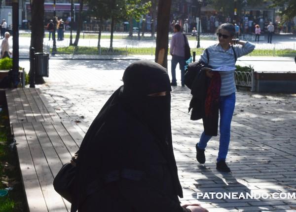 Esta es la imagen que vemos de todos los países islámicos. En Turquía las mujeres no están obligadas a vestirse así. La de la foto es una turista de Arabia Saudita