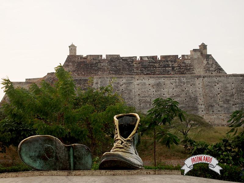Cartagena - Colombia- zapatos viejos monumento-Patoneando Blog de viajes.jpg